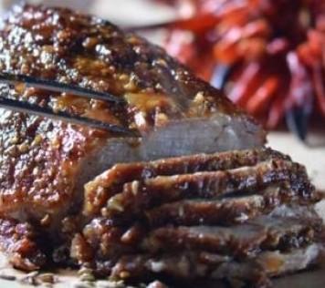 Σιγοψημένο χοιρινό με γλάσο από μπαχαρικά και σιρόπι σφένδαμου