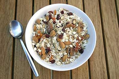 Power Breakfast with oats, goji berry, blueberry, berries and nuts!